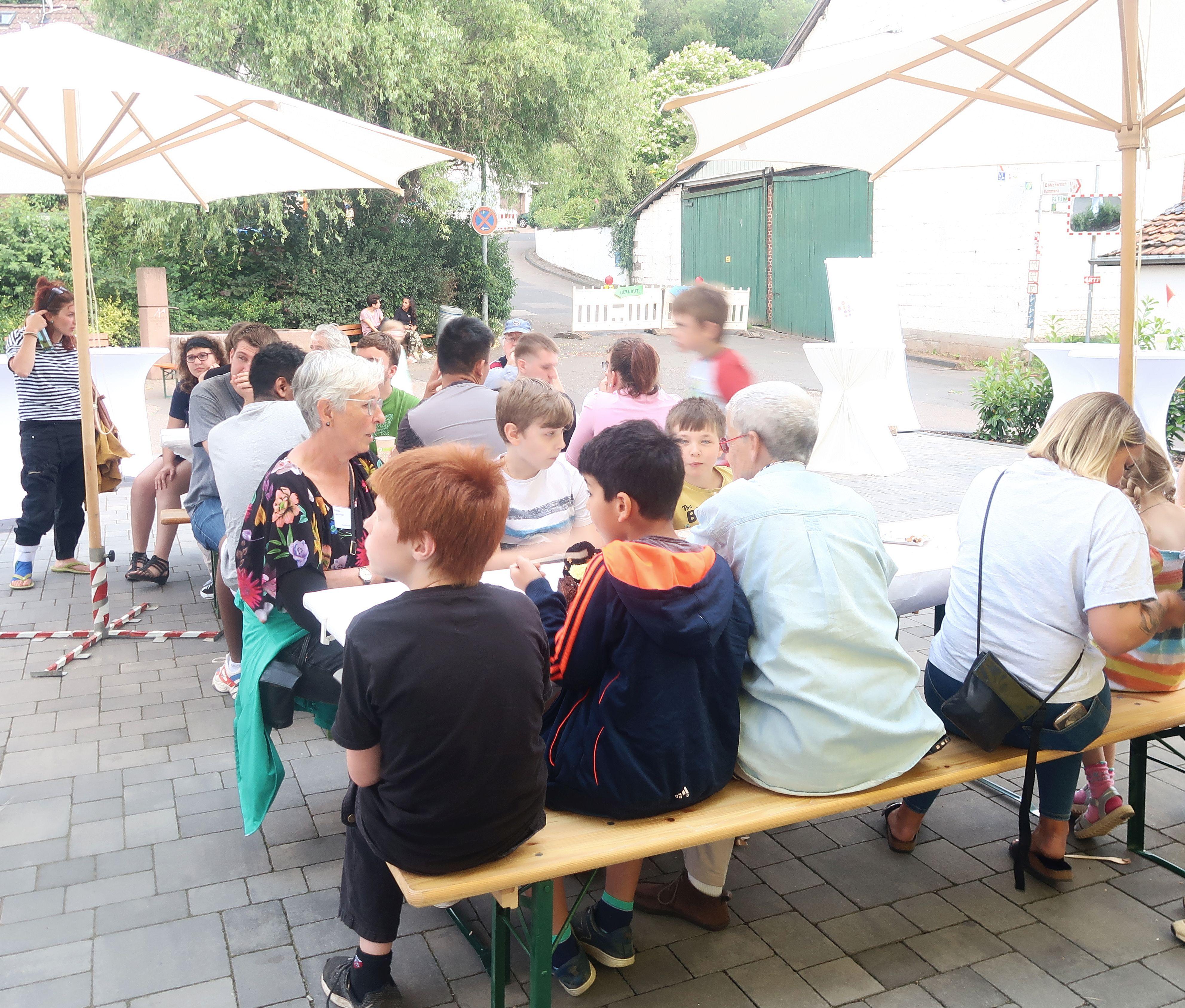 Kinder und Betreuer der Anna-Stiftung feiern gemeinsam im Hof